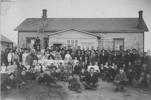 Kuvassa Limingan työväenyhdistyksen jäseniä työväentalon edustalla ryhmäkuvassa 1900-luvun alkuvuosina.