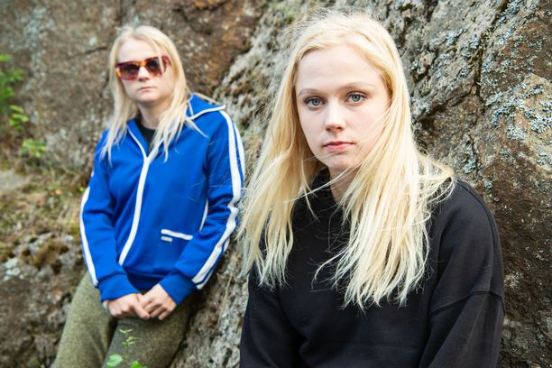 Maustetytöt Anna ja Kaisa Karjalainen työstävät debyyttialbumiaan.