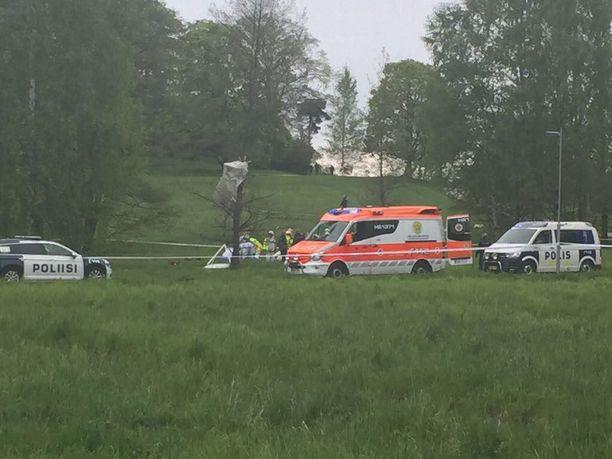 Ultrakevyt pienkone putosi Helsingin Laajasalossa. Vakavilta loukkaantumisilta vältyttiin.