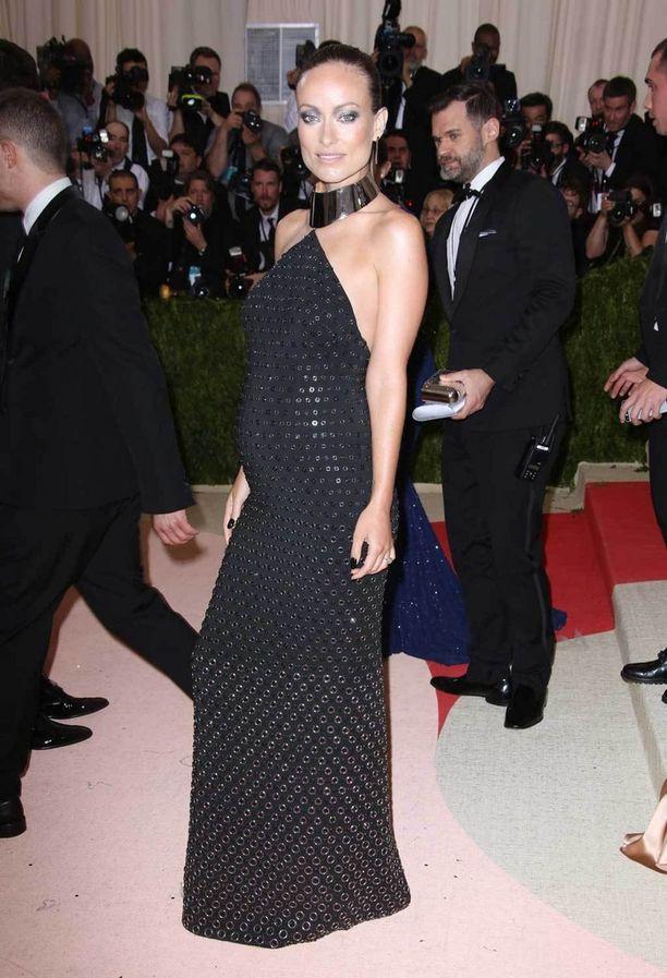 Olivia Wilde puki vauvavatsansa kauniisti teeman mukaiseen Michael Korsin iltapukuun.