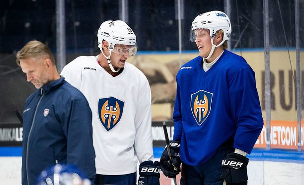 Patrik Laine ja Aleksander Barkov pukeutuvat viikon ajan Tapparan harjoitusnuttuun.