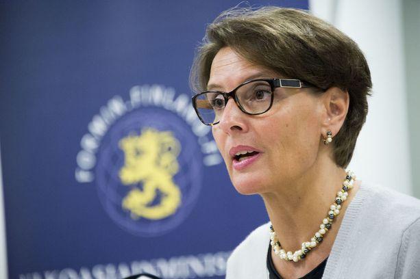 Liikenne- ja viestintäministeri Anne Berner (kesk) sanoo ottavansa kantaa siihen, nauttiiko Vehviläisen hänen luottamustaan ministeriön tekemän selvityksen jälkeen.