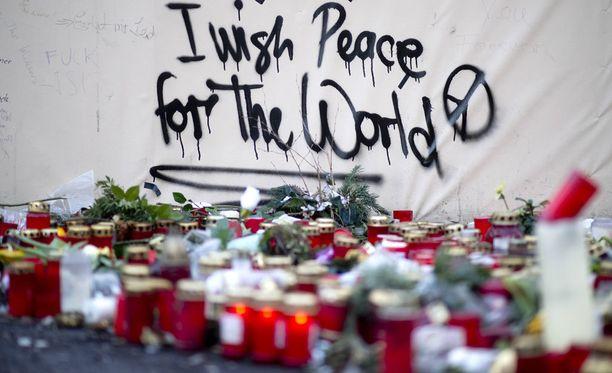 Surunvalitteluja Berliinin iskun uhreille.