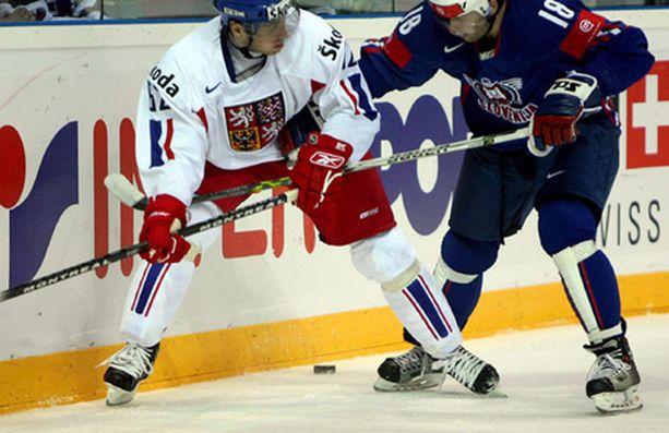 Petr Tenkrat vääntää Slovenian Tomo Hafnerin kanssa.