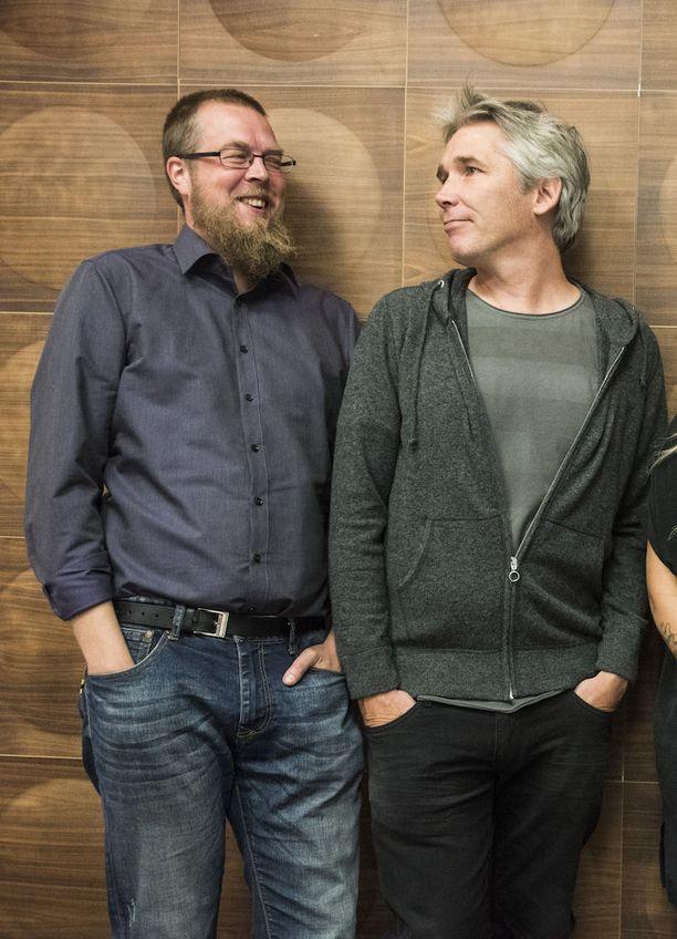 Kirjailijat Tuomas Kyrö ja Miika Nousiainen loikkasivat Maikkarin paneeliohjelmaan.