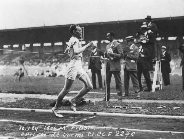 Paavo Nurmi kipaisi Pariisissa 1500 metrin voittajaksi olympiaennätysajalla 3.53,6.