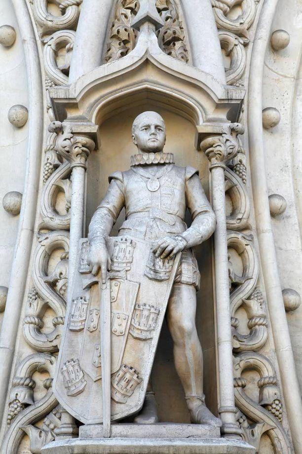 1500-luvun kuningasta esittänyt patsas meni tuusan nuuskaksi, kiitos selfietä ottaneen turistin.