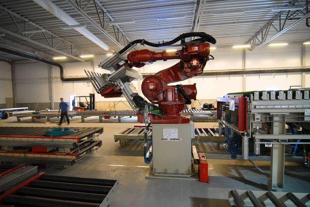Robotit korvaavat jo monia työtehtäviä teollisuudessa.