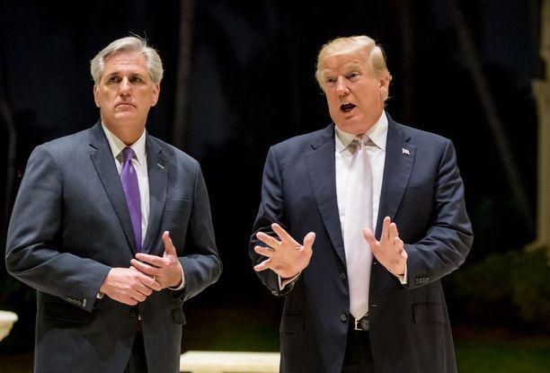 Trump sanoi sunnuntaina, että hän ei ole rasisti. Vasemmalla parlamentin alahuoneen enemmistöjohtaja Kevin McCarthy.