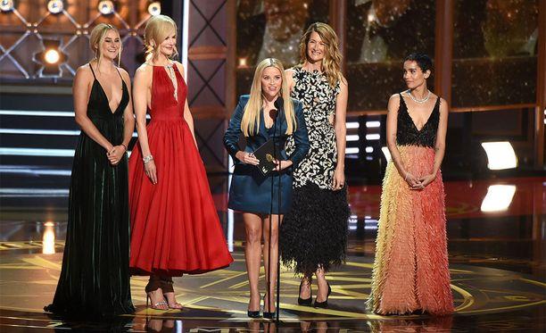 Koko Big Little Lies -sarjan naiskaarti yhdessä lavalla: Shailene Woodley, Nicole Kidman, Reese Witherspoon, Laura Dern ja Zoë Kravitz.