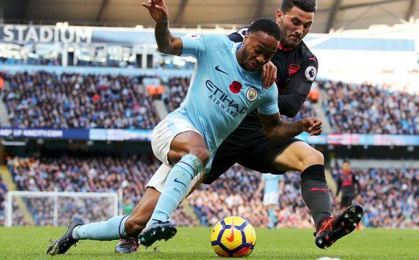 Raheem Sterling (vas.) kaatui nurmen pintaan rangaistusalueella, minkä jälkeen Manchester City iski ottelun voittomaalinsa.