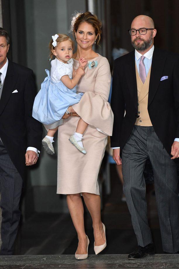 Kaksivuotias prinsessa Leonore sai kirkossa viihdykkeekseen pienen kirjan äidiltään prinsessa Madeleinelta.