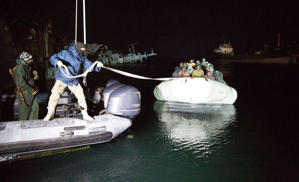 Noin 3 000 pakolaista on pelastettu merenkulkukelvottomilta aluksilta Libyan rannikolla lauantaina. Kuva helmikuulta 2017.