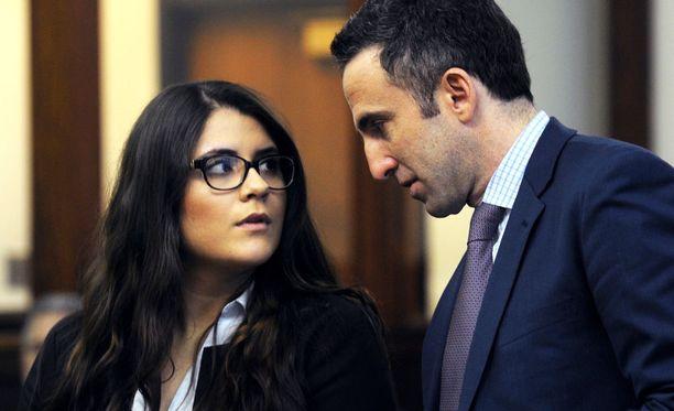 Nikki Yovino ja hänen asianajajansa Mark Sherman keskustelivat oikeuskäsittelyssä viime vuoden maaliskuussa.