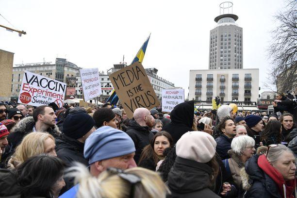 Tukholman mielenosoituksessa vastustettiin koronarajoituksia.