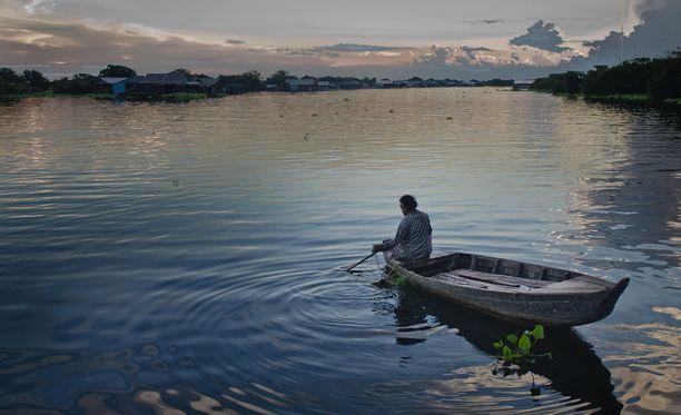 Koska turistien määrä kasvaa Kambodzan pääkaupungin Phnom Penhin lisäksi myös muualla maassa, kiinnostaa se myös rikollisia. Tämä kuva on Tonle Sap -järveltä, joka on Kaakkois-Aasian suurin makean veden järvi.