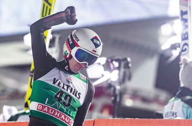 Puolan Kamil Stoch juhli Lahden suurmäen kisan voittoa sunnuntaina, vaikka majoitusratkaisut eivät olleet joukkueelle mieluisat.