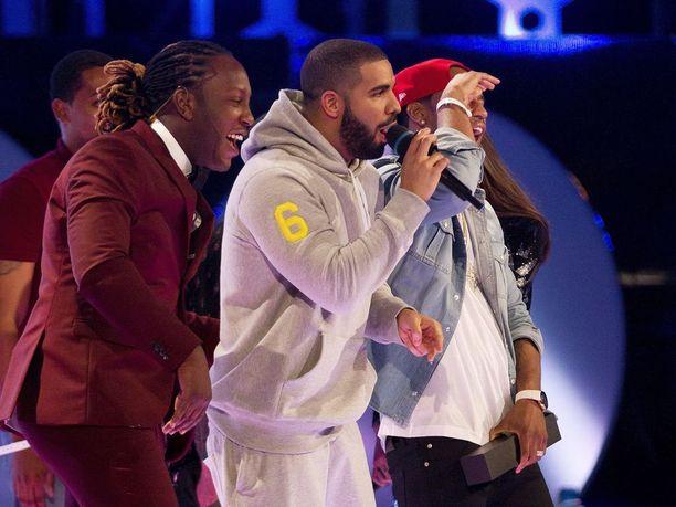 Draken kappaleisiin kuuluvat esimerkiksi Hotline Bling ja Over.