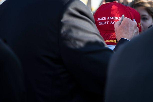 USA:n presidentti Donald Trump käytti kohua aiheuttanutta sharpie-kynää nimikirjoitukseen West Palm Beachissa Floridassa helmikuussa 2017.