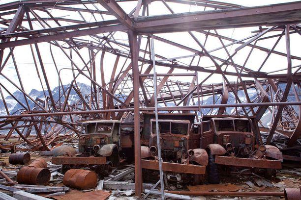 Romuautot seisovat yhä romahtaneen suojan raunioissa.