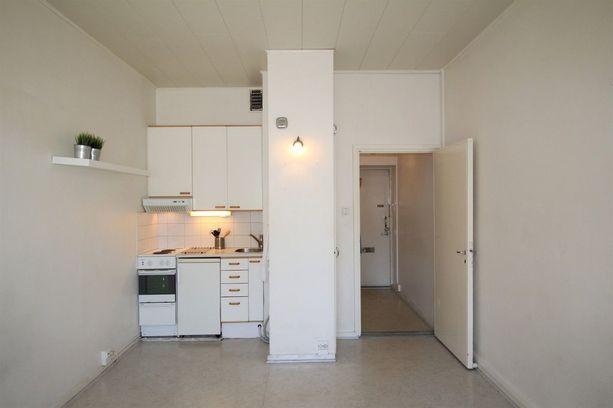 Asunnossa on valkoiset seinät, avokeittiö ja hyvin pieni vessa.