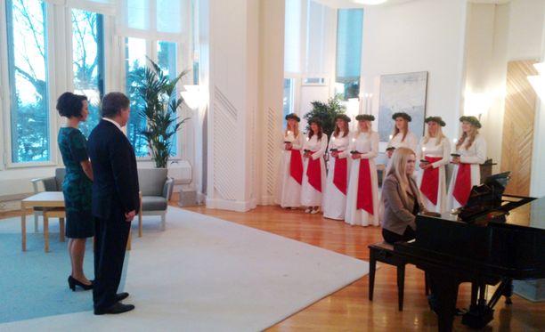 Luciakuoro lauloi presidenttiparille Mäntyniemessä.