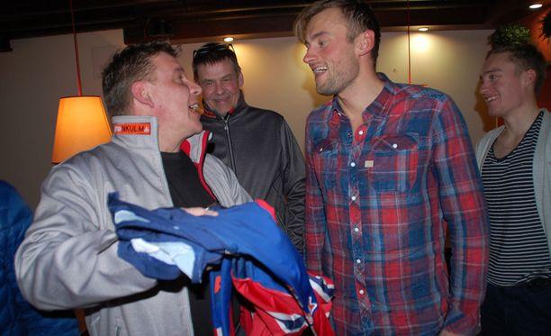 Petter Northug (toinen oik.) lahjoitti hiihtoasunsa hyväntekeväisyyteen.