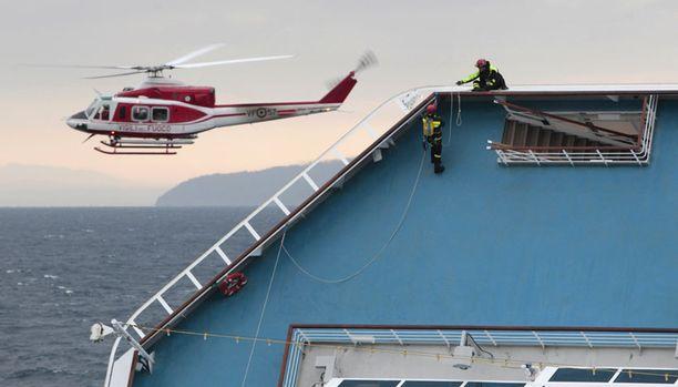 Pelastustyöntekijät joutuivat lopettamaan ihmisten etsimisen laivalla.