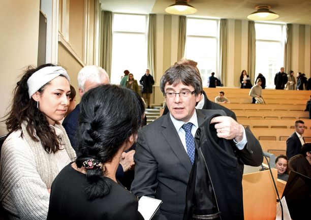 Katalonian syrjäytetty aluejohtaja Carles Puigdemont piti perjantaina puheen Helsingin yliopistolla. Paikalla oli opiskelijoiden lisäksi Suomessa asuvia katalaaneja sekä runsaasti katalonialaista mediaa.