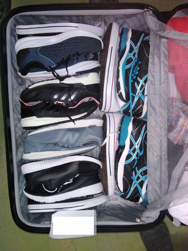 Yksi miesten matkalaukuista oli täynnä uudenoloisia lenkkitossuja.