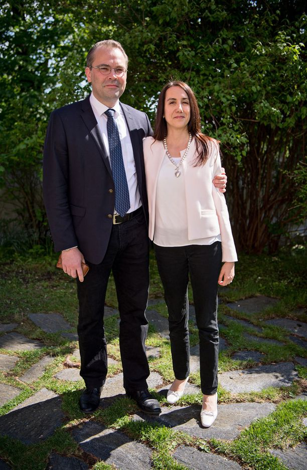 Kansanedustaja Jussi Niinistö saapui paikalle Leena-vaimonsa kanssa.