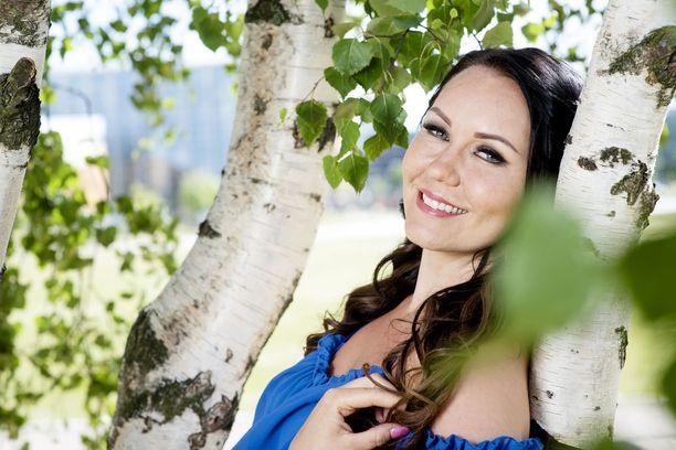 Tangokuningatar Saija Tuupanen on kysytty esiintyjä kesälavoilla.