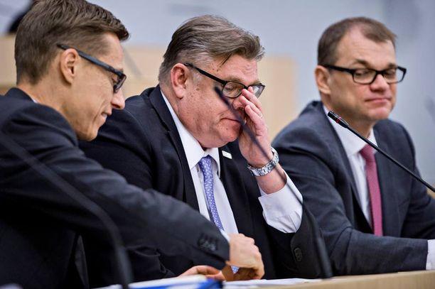Suurin osa suomalaisista tuntee putoavansa joskus politiikkaa seuratessaan kärryiltä.
