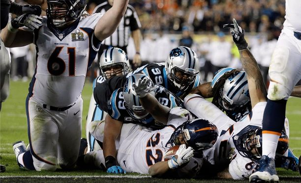 C.J. Anderson (maassa) ratkaisee Super Bowl 50:n touchdownillaan.