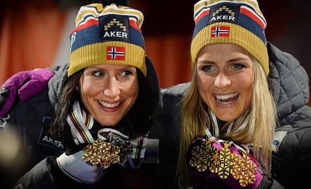 Marit Björgenin ja Therese Johaug olivat vielä MM-Falunissa varsin riemukkaissa mitalitunnelmissa.