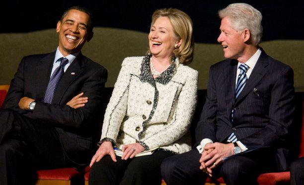 Yhdysvaltain presidentti Barack Obama, presidenttiehdokas Hillary Clinton ja entinen presidentti Bill Clinton harvinaisessa yhteiskuvassa vuonna 2011.
