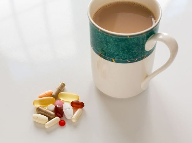 Vitamiinien, hivenaineiden ja probioottien ottamisen jälkeen kannattaisi odottaa ainakin tunti ennen kuin juo aamukahvin.
