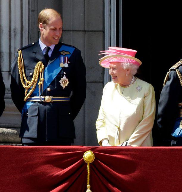 Prinssi William ja kuningatar Elisabet II kuvataan usein juttelemassa keskenään.