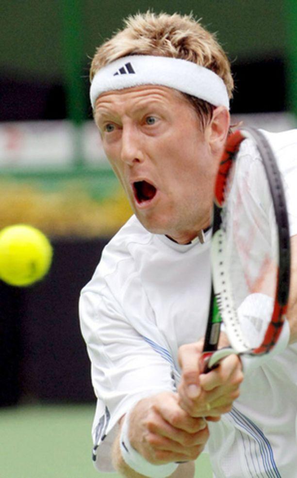 APUA. Jonas Björkman oli täysi vastaantulija Federerin käsittelyssä.