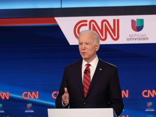 Entinen varapresidentti Joe Biden ilmoitti sunnuntain väittelyssä valitsevansa varapresidentikseen naisen.