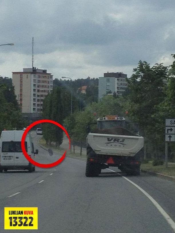Traktorista irronnut savuava rengas poukkoili keskellä liikennettä Tampereella.