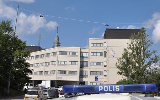 """""""Uhkailtu kotiosoitteen selvittämisellä"""" - poliiseja vastassa on yhä useammin aseita"""