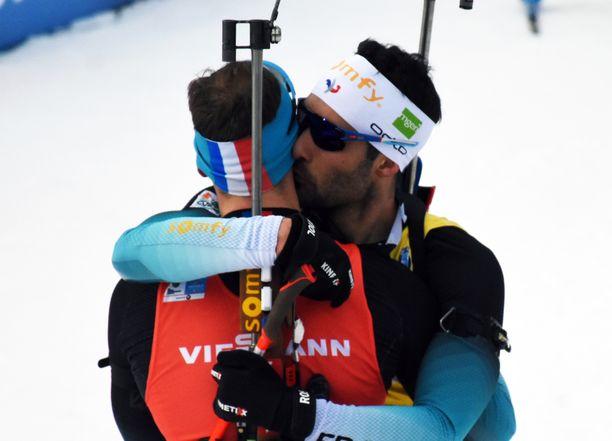 Martin Fourcade suuteli tuoretta maailmanmestaria Émilien Jacqueliniä.