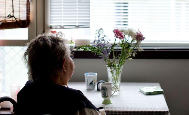 Ikääntyneistä ihmisistä ei huolehdita yhteiskunnassamme tarpeeksi, kirjoittaa kansanedustaja Arja Koponen.