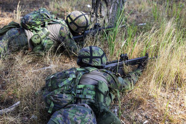 Puolustusvoimat noudattavat harjoituksissaan omia ja THL:n antamia koronaohjeistuksia. Kuvituskuva.