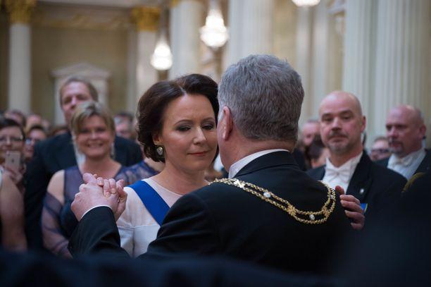 Presidenttiparin ensimmäinen tanssi on illan odotetuimpia hetkiä.
