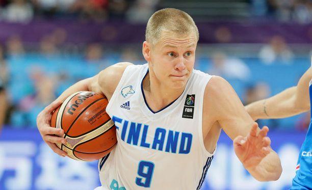 Sasu Salin pitää Suomen joukkuehenkeä yllä kepeällä huumorillaan.