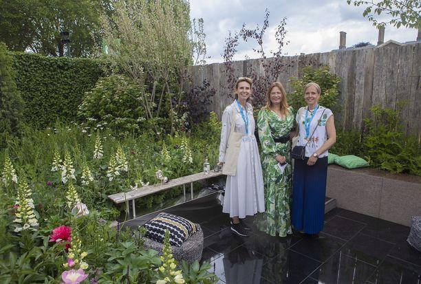 Jimmy Choon toimitusjohtajan vaimo Pia Denis, Taina Suonio ja Lontoossa asuva valokuvaaja Johanna Brooks tutustumassa puutarhaan.