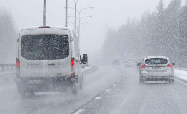 Ajokeli on huono alkuviikosta erityisesti Itä- ja Keski-Suomessa.