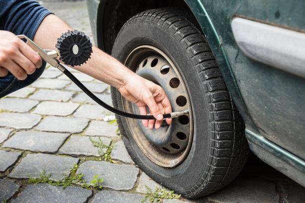 Rengaspaineiden tarkkailu kuuluu osana jokaisen autoilijan arkea.